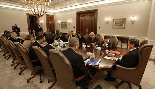 Başbakan Davutoğlu, aydınlar ve STK temsilcileriyle bir araya geldi